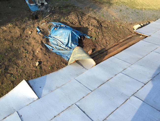 風でトタン屋根が剥がれてしまった様子。このまま雨が降ったら大変!